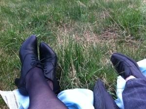 Äntligen fika i gräset. Men varför har jag inte tagit av mig strumporna? :)