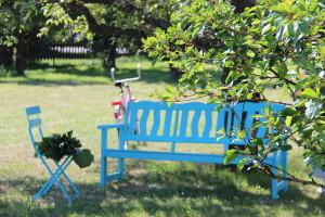 Vackra turkosa trädgårdssoffan förgyller nu vår tillvaro. Lusten för att skapa ett vackert uterum tilltar. :)