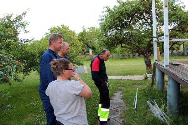 Efter några timmars fika fick vi även engagerade tips om hur vi skulle få bort den gamla oljecisternen nedanför altanen. Koppla på ett rep och dra ut helvetet! :-)