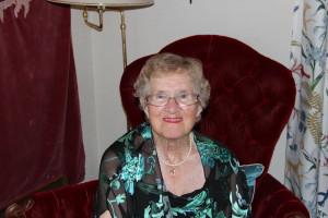 En stylad farmor i fåtöljen på 90-årsdagen. Still going strong mot 92!
