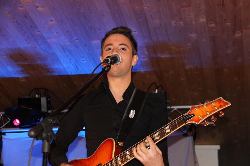 En mycket duktig sångare och gitarrist i Voize. Jianis Xouri heter han.