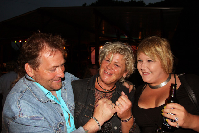 Bennie och Boel är ett oskiljaktigt par som fann varandra och kärleken under en dans på Suder Country. Det var för fyra år sedan och i dag är de lyckligt gifta. Kul!! Självklart visas ringarna upp. Till höger dottern Annie.
