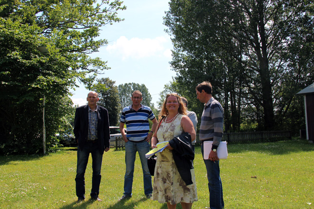 Gården har sedan 1964 drivits av EFS. Nu lämnar en nöjd styrelse äver till Therese i förgrunden.