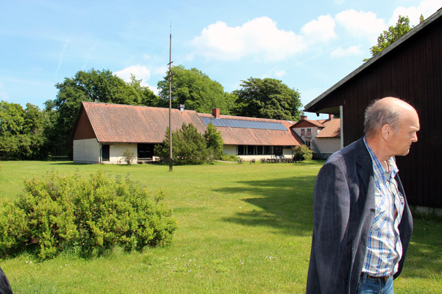 En säkert lite vemodig ordförande för EFS, Christer Hedlund visar oss runt på gården.