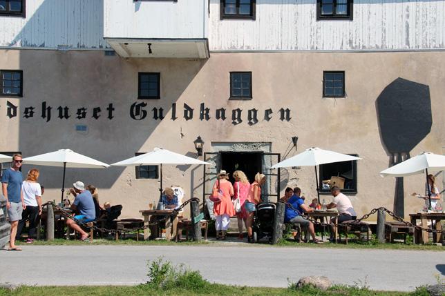 Korgen Guldkaggen i Burgsvik har det blivit fin fart på. Populärt och många ölsorter som hjälper till att svalka solspruckna läppar är inte dumt.