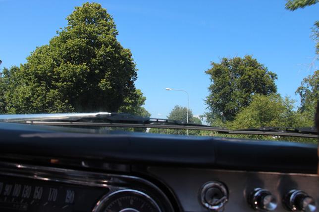 Och så… en riktigt meningslös bild på väg hemåt. Kameran låg ju bara där och ropade i bilsätet. Och jag knäppte. Men visst var ändå himlen blå och fin? :-)