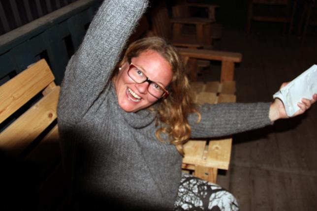 Går ju inte att publicera bilder utan en liten selfie. Yi-hooo.. Therese Tess Appelqvist som hör något hon gillar mellan danserna. :-)