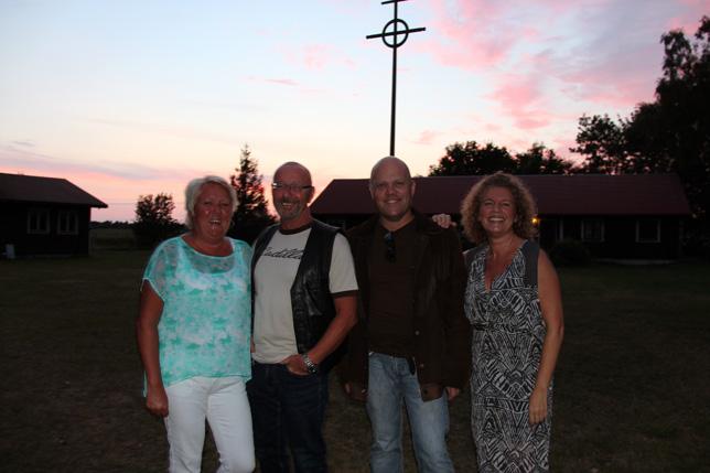 Lagom före konserten fick vi finbesök av Bosse och Susanne från Sollefteå. Trevligt folk och dessutom Cadillac-ägare. Tillsammans med Per och Tess bästa vän Eva njuter de av den sköna kvällen under Ekegårdens trygga gårdskors.