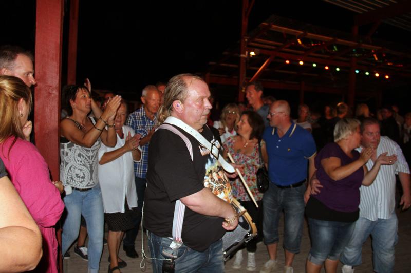 Det är så här man får följare. Olle i Lasse Stefanz tar en trumma på magen och drämmer på, så tar fansen rygg.