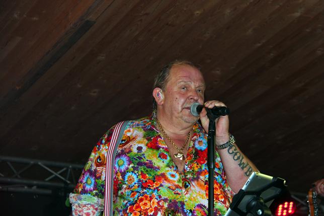 Hawaiiskjorta med massor av blommor. Färgglatt! Som dansbandssångare kommer man undan med det mesta. Men enhetliga kostymer verkar vara utdött.