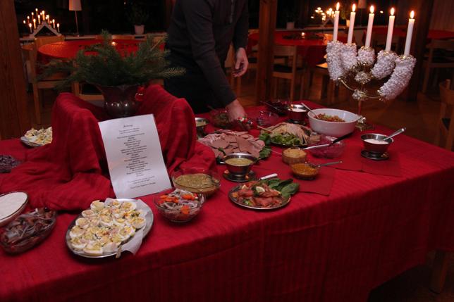 Lokala råvaror var parollen för julbordet i Eke. Faktiskt var det mesta producerat på närbeliggande gårdar. Även potatis och spannmål. Kul och extra gott tyckte många!