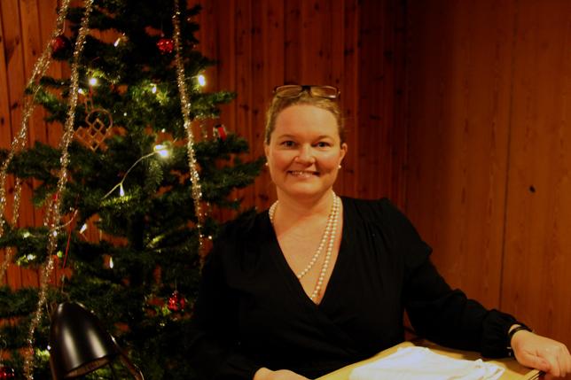 """Therese Appelqvist mötte upp gästerna med julgran och gott humör. Glöggen var i år utbytt mot den mer raffinerade anrättningen, """"varm äppelmust med kanelstång från Härdarve"""". Sött o gott blev det!"""